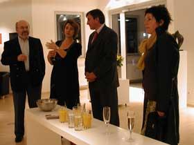 Sylvie Jaubert présente ses oeuvres au Ministre de l'Intérieur Jean-Marie Halsdorf (milieu)